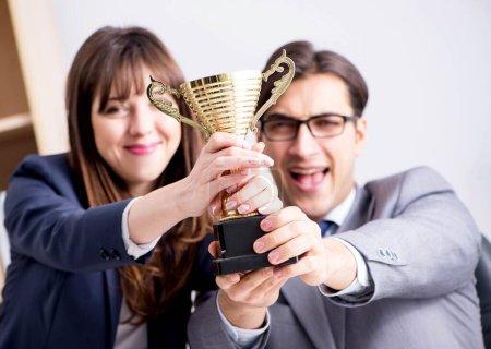 Photo pour Le concept de travail d'équipe avec prix - image libre de droit