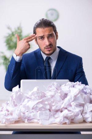 Photo pour Homme d'affaires rejetant les idées avec beaucoup de papiers - image libre de droit