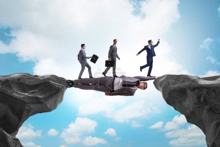 Photo pour Homme d'affaires agissant comme un pont dans le concept de soutien - image libre de droit