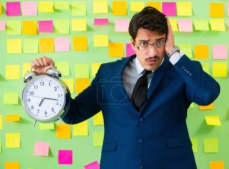Photo pour L'homme d'affaires avec de nombreuses priorités d'affaires - image libre de droit