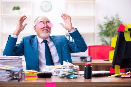 Photo pour Ancien employé travaillant dans le bureau dans des priorités contradictoires concept - image libre de droit