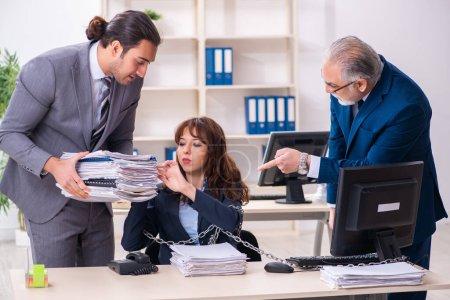 Photo pour Deux employés masculins et une employée travaillant au bureau - image libre de droit