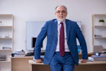 Photo pour Employé de patron masculin travaillant dans le bureau - image libre de droit