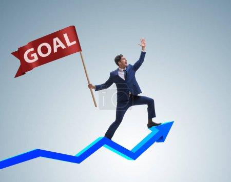 Photo pour L'homme d'affaires atteindre ses objectifs et cibles d'affaires - image libre de droit