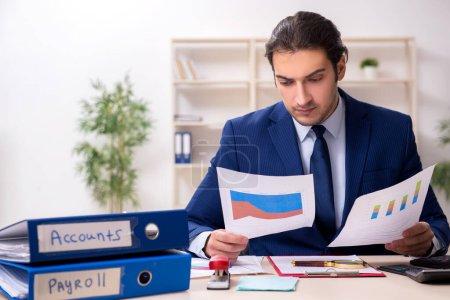 Photo pour Jeune directeur financier au bureau - image libre de droit