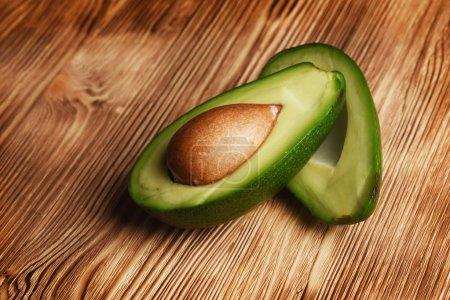 Photo pour Avocat bio frais sur une vieille table en bois - image libre de droit