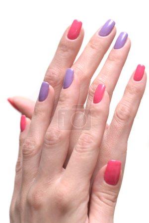 Photo pour Mains féminines avec un clou coloré - image libre de droit