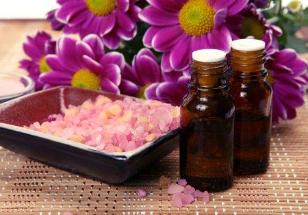 Photo pour Serviette rose, la bouteille d'huile pour massage et aromathérapie - image libre de droit