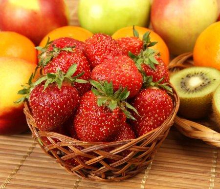 Foto de Fresas maduras y frutas para una alimentación saludable - Imagen libre de derechos