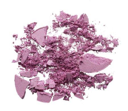 Foto de Textura triturada de sombra de ojos suavemente rosa aislado sobre fondo blanco. Textura de macro de polvo rosado cremoso roto sobre fondo blanco - Imagen libre de derechos