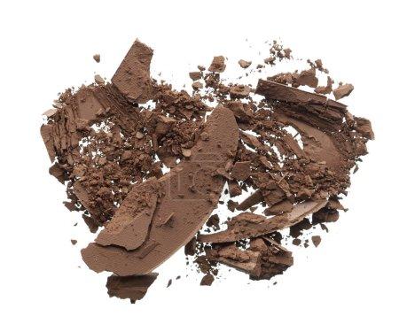Foto de Textura triturada de la oscura sombra de ojos marrón aislada sobre fondo blanco. Textura de macro de chocolate en polvo roto sobre fondo blanco - Imagen libre de derechos