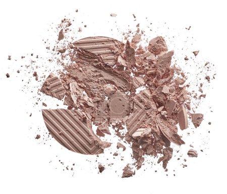 Foto de Textura triturada de sombra de ojos beige claro aislado sobre fondo blanco. Textura de macro de polvo beige roto sobre fondo blanco - Imagen libre de derechos
