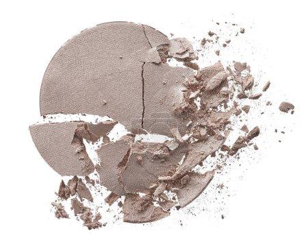 Photo pour Texture écrasée de lumière ombre à paupières beige isolé sur fond blanc. Texture de macro de cassé poudre beige sur fond blanc - image libre de droit