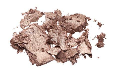 Foto de Textura triturada de sombra de ojos marrón aislada sobre fondo blanco. Textura de polvo de oro roto sobre fondo blanco - Imagen libre de derechos
