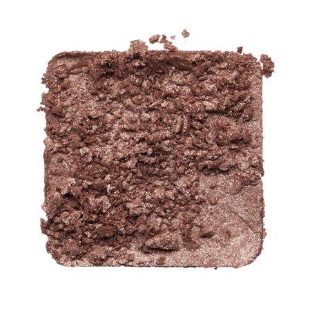 Foto de Textura triturada de sombra de ojos marrón aislada sobre fondo blanco. Textura de polvo dorado roto sobre fondo blanco - Imagen libre de derechos