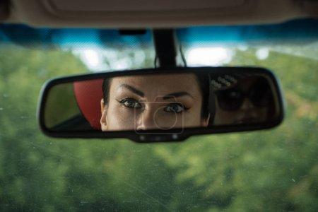 Photo pour Scène d'une série de détectives. Agression contre une femme dans sa voiture - image libre de droit