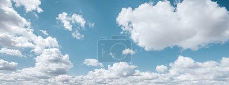 Photo pour Fond de l'été bleu clair ciel et nuages blancs - image libre de droit