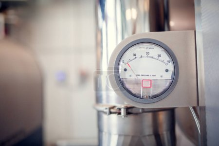 Photo pour Photo de compteur d'eau en atelier sur fond flou - image libre de droit