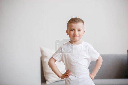 Photo pour Image du garçon en T-shirt blanc sur fond de canapé dans la chambre - image libre de droit