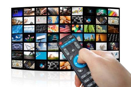 Photo pour Téléviseur avec des images de télévision intelligente et télécommande, bouchent. Fond blanc. - image libre de droit