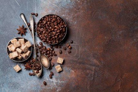 Foto de Granos de café y azúcar. Vista superior con espacio para su texto - Imagen libre de derechos