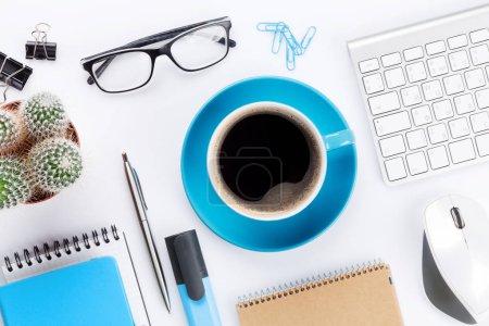 Photo pour Bureau blanc avec café, ordinateur et fournitures. Sur la table. Vue du dessus - image libre de droit