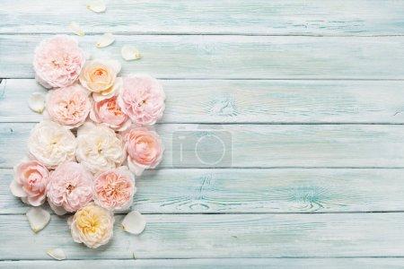 Photo pour Jardin rose fleurs sur fond en bois. Vue supérieure avec espace de copie - image libre de droit