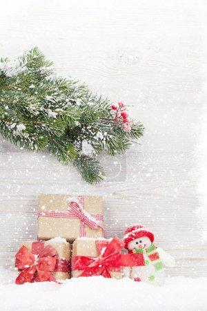 Photo pour Coffrets-cadeaux de Noël, branche d'arbre de jouet et sapin bonhomme de neige. Découvre avec un espace pour vos voeux - image libre de droit