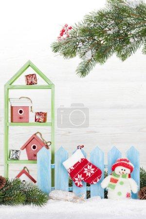Photo pour Noël bonhomme de neige jouet, de décor et de sapin branche d'arbre. Carte de voeux de Noël avec un espace pour vos voeux - image libre de droit