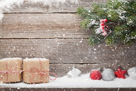 Photo pour Coffrets cadeaux de Noël, décor et branche de sapin de Noël. Vue avec espace pour vos salutations - image libre de droit