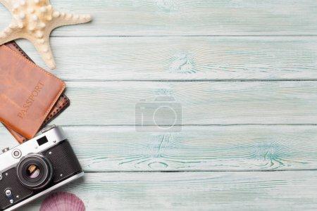 Foto de Concepto de fondo de vacaciones de viajes con la cámara, pasaporte y conchas en mesa de madera. Vista superior con espacio de copia. Endecha plana - Imagen libre de derechos