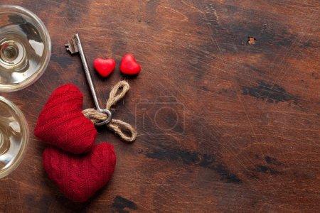 Photo pour Carte de voeux Saint-Valentin avec cœur de jouet et clé sur fond en bois - image libre de droit