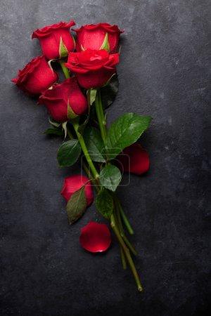 Photo pour Carte de voeux Saint-Valentin avec bouquet de fleurs de rose rouge sur fond de pierre. Vue du dessus - image libre de droit