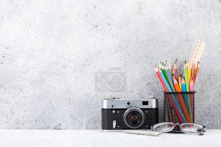 Photo pour Loft au travail de bureau à la maison avec les fournitures et la caméra. Avec l'espace de la copie pour votre maquette ou votre texte - image libre de droit