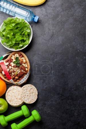 Photo pour Nourriture saine et concept de fitness. Diverses noix, céréales, salade et parapluies. Pose plate avec espace de copie pour votre texte - image libre de droit
