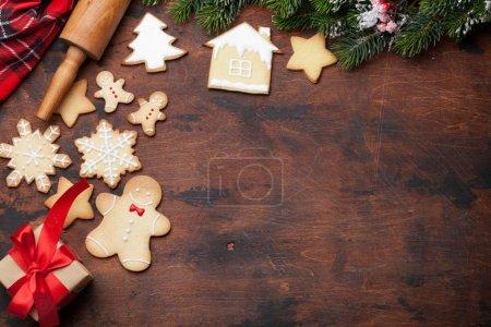 Photo pour Carte de voeux de Noël avec biscuits au pain d'épice et coffret cadeau de Noël. Vue de dessus avec espace pour vos salutations - image libre de droit