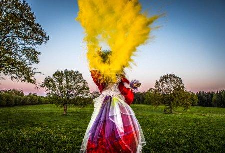 Femme de conte de fées sur pilotis dans une stylisation fantastique lumineuse. Beaux-arts photo extérieure .