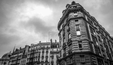 Photo pour Architecture traditionnelle des bâtiments résidentiels. Paris - France. Photo noir-blanc . - image libre de droit