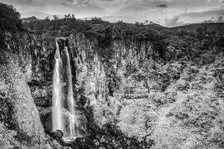 Photo pour Paysage pittoresque d'une cascade de montagne et la nature traditionnelle de l'Islande. - image libre de droit
