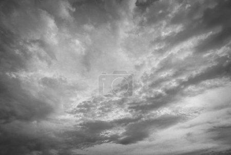 Photo pour Ciel crépusculaire. Photo noir-blanc . - image libre de droit