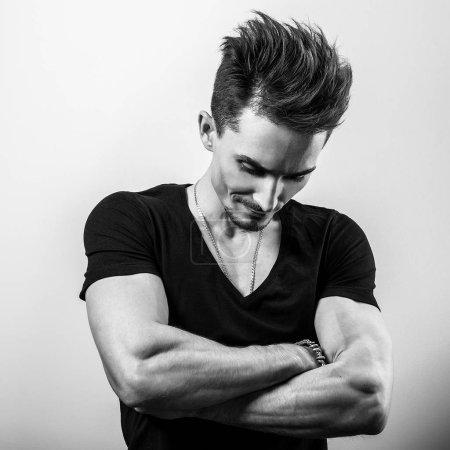 Photo pour Jeune homme beau en t-shirt. Photo noir-blanc . - image libre de droit