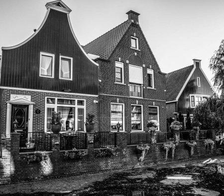 Photo pour Maisons et rues traditionnelles en Hollande Volendam, Pays-Bas . - image libre de droit