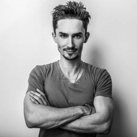 Photo pour Elégant jeune homme beau. Photo studio noir-blanc . - image libre de droit