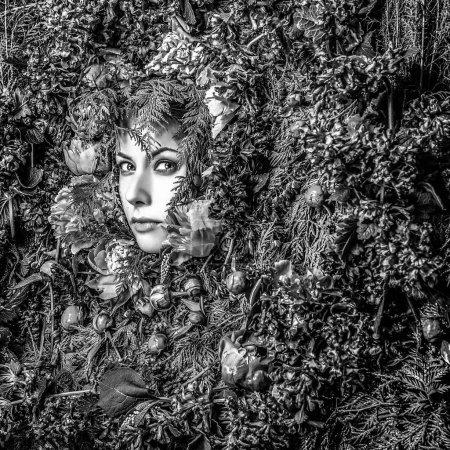 Fée fille de conte dans la stylisation de fantaisie. Photo noir-blanc .