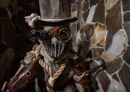 Photo pour Personnage futuriste harceleur cyborg. Photographie d'art en style steampunk. Photo de haute qualité. - image libre de droit