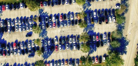 Photo pour Parking vue aérienne. Plusieurs rangées de véhicules . - image libre de droit