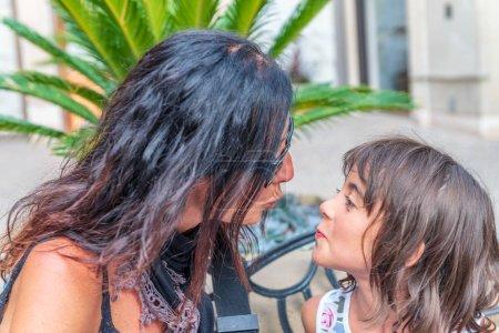 Mère et fille envoyant des baisers .
