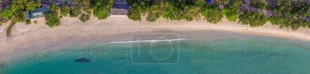Photo pour Vue aérienne panoramique de la belle plage tropicale avec des arbres et des nageurs . - image libre de droit