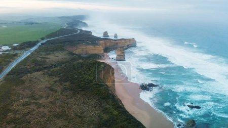 Panoramique vue aérienne des douze apôtres sur un lever de soleil beau printemps, Parc National de Port Campbell, Victoria - Australie