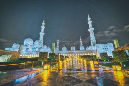 Photo pour Abu Dhabi grande mosquée Sheikh Zayed pendant la nuit, de religion et de concept islamique. - image libre de droit